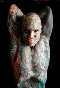Homme le plus tatouée du mode. cORPS RECOUVERT DE TATOUAGES.